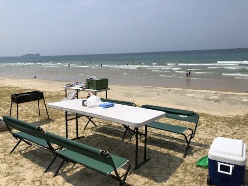 遠くまで続く砂浜