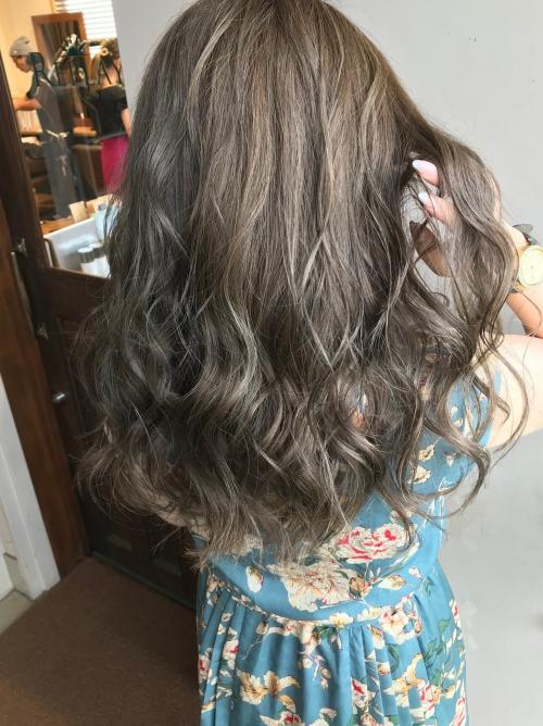 ハイライト アッシュブラウン 巻き髪アレンジヘア