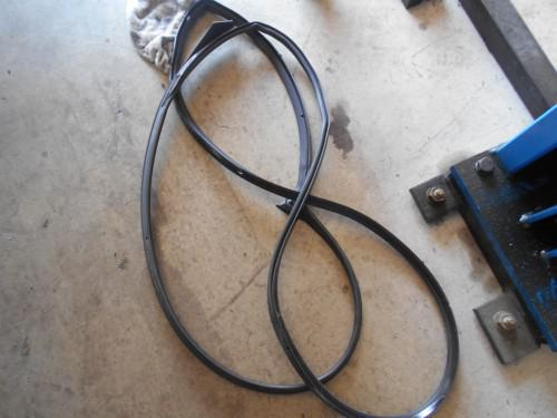 ボルボV70 Fドアの水きりゴム劣化で一部切れ、破損取替