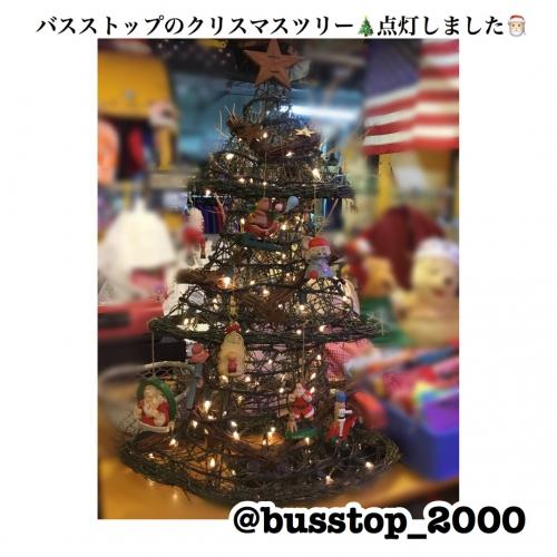 バスストップのクリスマスツリー点灯しました!