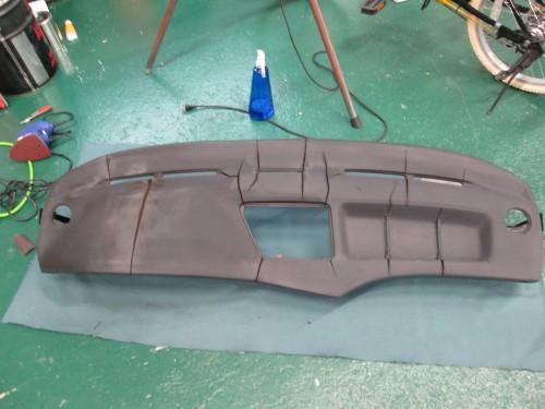 BMWのダッシュボード(酷いひび割れ)|愛知県瀬戸市のH社