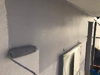 坂戸市で外壁無機塗料の中塗りを施工してきました