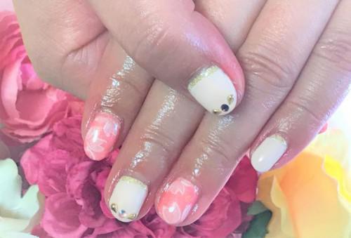 優しい雰囲気の桜ネイル