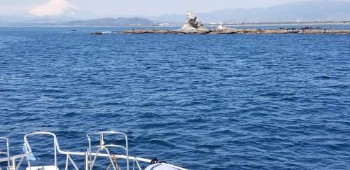 江ノ島の反対側は烏帽子岩と富士山を望む