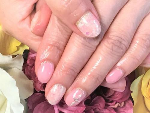 白とピンクのタイダイアートがキレイなネイル