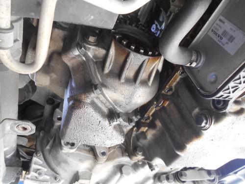 ボルボXC70 エンジンオイル漏れ、オイルシール劣化で取替
