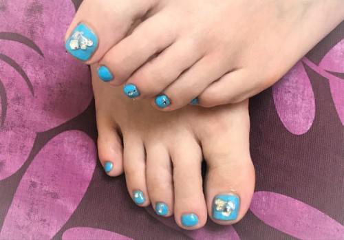 夏のフットネイルカラーは定番のブルー