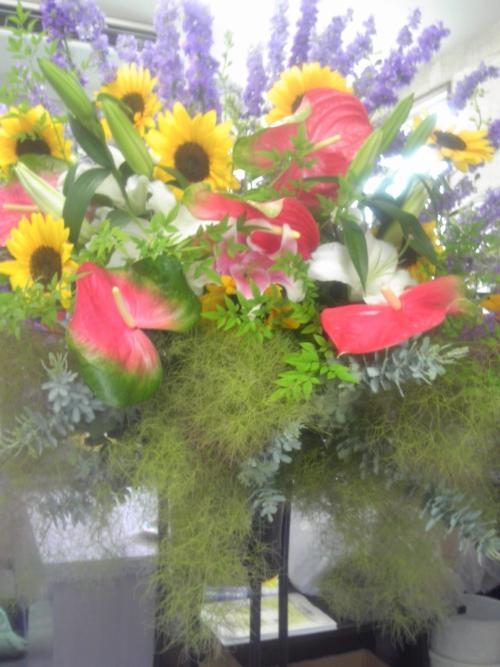 スタンド花の配達にアンスリウームなど、夏の花を使いました。