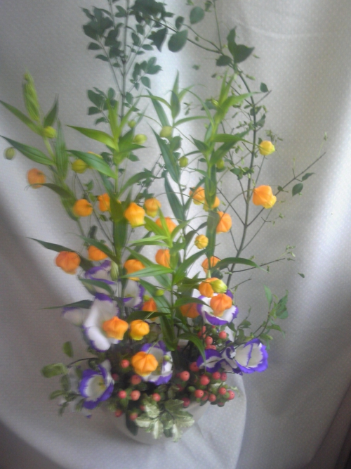 お花の活け込み。今日は涼しげなサンダーソニアです。