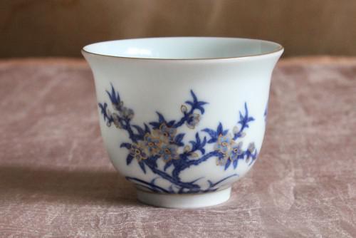 おめでたい桃の花と蝙蝠が上品に描かれた本景徳鎮の杯