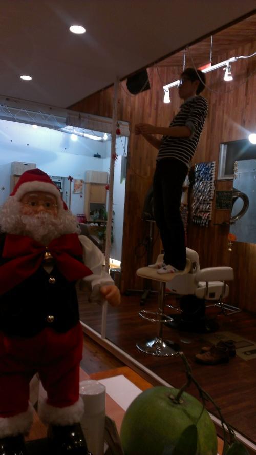 お店をクリスマス仕様に変更中です(^o^)