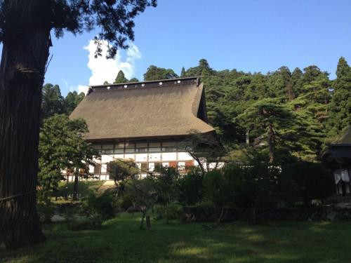 奥州の山奥にひっそりと佇む茅葺きのお寺