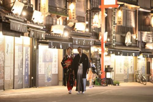 昼間とは雰囲気の違う浅草の街で婚礼撮影を!